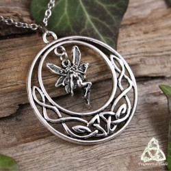 Collier médiéval fantasy rond orné d'entrelacs celtiques disposés en croissant de lune et abritant une Fée argentée.