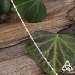 Chaine fine elfique en argent ornée de mailles gourmette torsadées d'une longueur de 45 cm.
