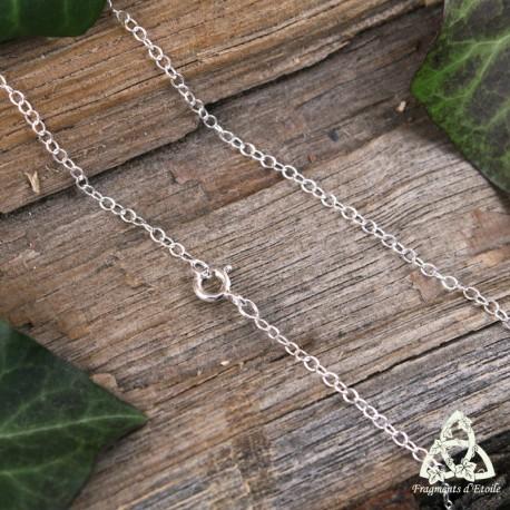 Chaine fine et légère pour femme en argent ornée de mailles forçat ovales d'une longueur de 45 cm