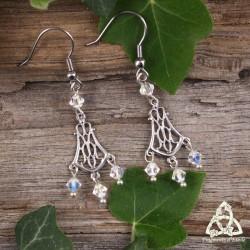 Boucles d'oreilles féeriques aux volutes elfiques argentées et ajourées ornées de perles de cristal blanc.