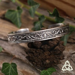 Bracelet médiéval rigide et ajustable en argent vieilli orné de volutes elfiques entourées de fines tresses et de bordures