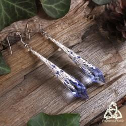 Boucles d'oreilles féeriques pointe de Cristal Bleu transparent orné de volutes argentées.