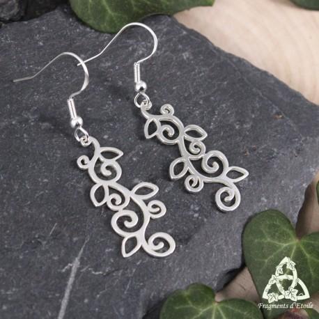 Boucles d'oreilles elfiques en argent ornées de longues volutes ponctuées de petites feuilles ajourées.