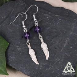 Boucles d'oreilles poétiques en argent ornées d'une jolie plume ouvragée surmontée d'une perle en Améthyste naturelle violette.