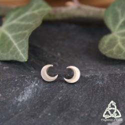 Puces d'oreilles elfiques Ithil en argent ornées d'un petit Croissant de Lune à porter dans le sens de votre choix.