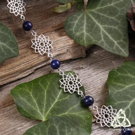 Bracelet poétique et zen orné de délicates Fleur de Vie argentée et ajourées entourées de perles en Lapis Lazuli bleu nuit.