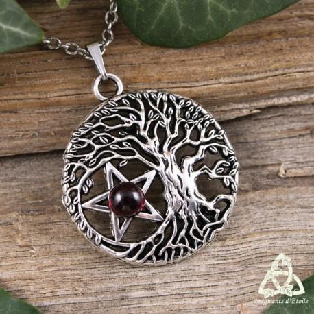 Collier wicca Sorcière composé d'un Arbre de Vie argenté et ajouré abritant un Pentacle orné d'un Grenat naturel rouge foncé