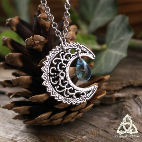 Collier féerique onirique art nouveau croissant de lune argenté volutes elfiques celtiques et goutte larme bleu clair