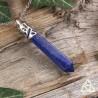Collier ou pendule orné d'une grande pointe de Lapis Lazuli bleu foncé entouré de fines volutes argentées.
