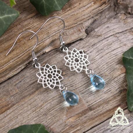 Boucles d'oreilles zen ornées d'un mandala Fleur de Vie argenté et d'une goutte de rosée bleu pastel