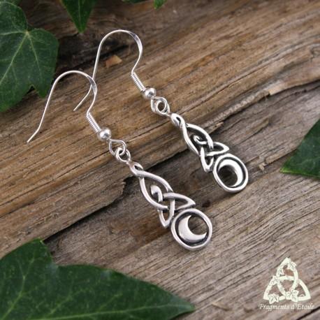 Boucles d'oreilles féeriques en Argent composées d'un croissant de lune surmonté d'entrelacs celtiques infinis.