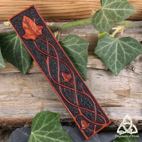 Marque page médiéval et artisanal en cuir repoussé marron orné de volutes elfiques et de feuilles de lierre