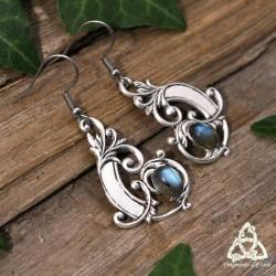 Boucles d'oreilles féeriques et victoriennes ornées de volutes argentées Art Nouveau et Labradorite bleu.