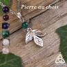 Collier médiéval féerique orné de petites feuilles elfiques argentées surmontées d'une pierre gemme naturelle
