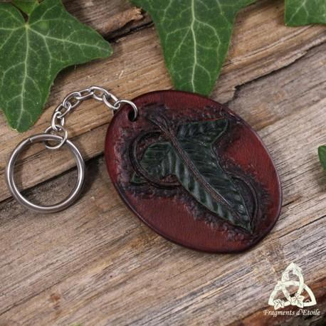 Porte clés elfique en cuir repoussé orné d'une Feuille de Mallorn verte, inspiré par la broche de Lorien du Seigneur des Anneaux