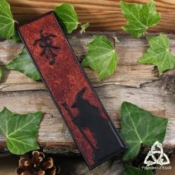 Marque page artisanal en cuir repoussé marron orné de la silhouette de Gandalf le Gris et des initiales J R R Tolkien.