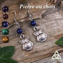 Boucles d'oreilles féeriques pendantes ornées d'un petit hibou argenté surmonté d'une perle en pierre naturelle.