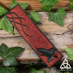 Marque-page médiéval fantasy en cuir orné d'une feuille de Mallorn, Arbre du Seigneur des Anneaux et de volutes elfiques.