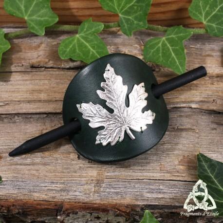 Barrette artisanale en cuir vert foncé ornée d'une feuille d'érable, pour une coiffure elfique et magique.