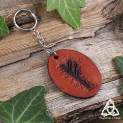 Porte clés artisanal et médiéval en cuir repoussé marron orné de la Rune du feu primordial : Fehu.