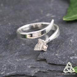 Bague artisanale en argent ornée d'une volute elfique et d'une feuille de lierre, taille 54 réglable.