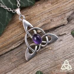 Collier médiéval fantasy orné d'un noeud celtique Triquetra argenté et d'une Améthyste naturelle violette.