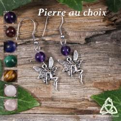 Boucles d'oreilles poétiques ornée de petites Fées argentées aux ailes de libellule surmontée d'une perle en pierre naturelle
