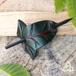 Barrette artisanale médiéval fantasy en cuir ornée d'une grande Feuille de Lierre elfique vert foncé aux nervures marron.