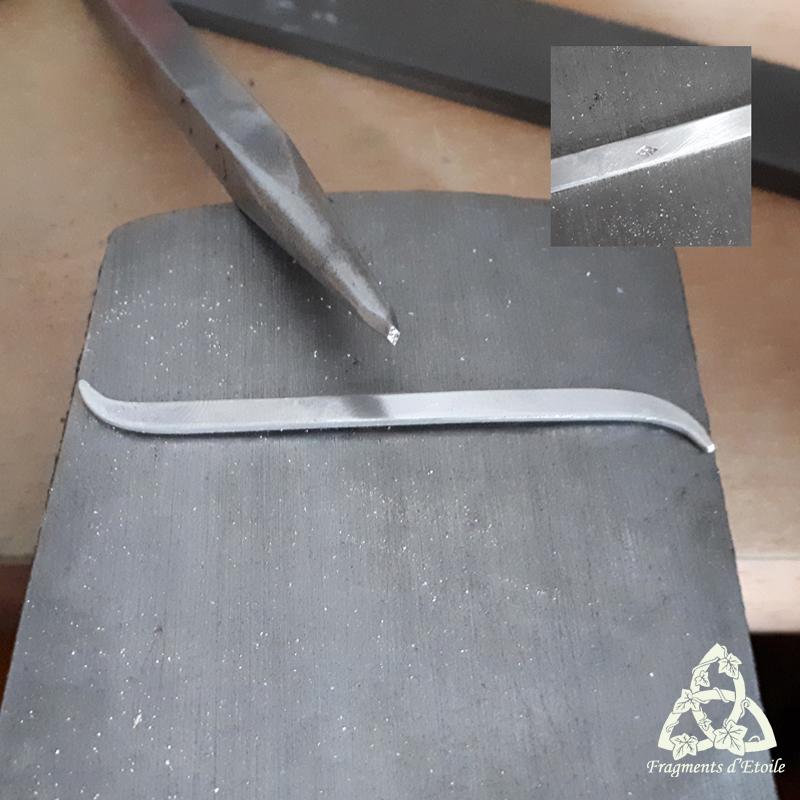 Apposition du poinçon de fabricant, aussi appelé poinçon de maître et propre à chaque bijoutier