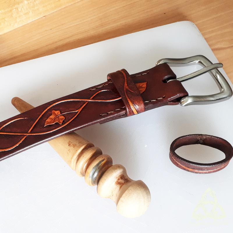 Finition des tranches à la gomme arabique frottées avec une lissette en bois