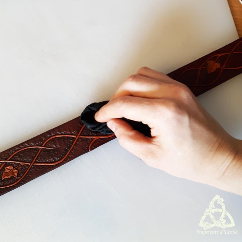 Cirage et lustrage de la ceinture pour nourrir le cuir