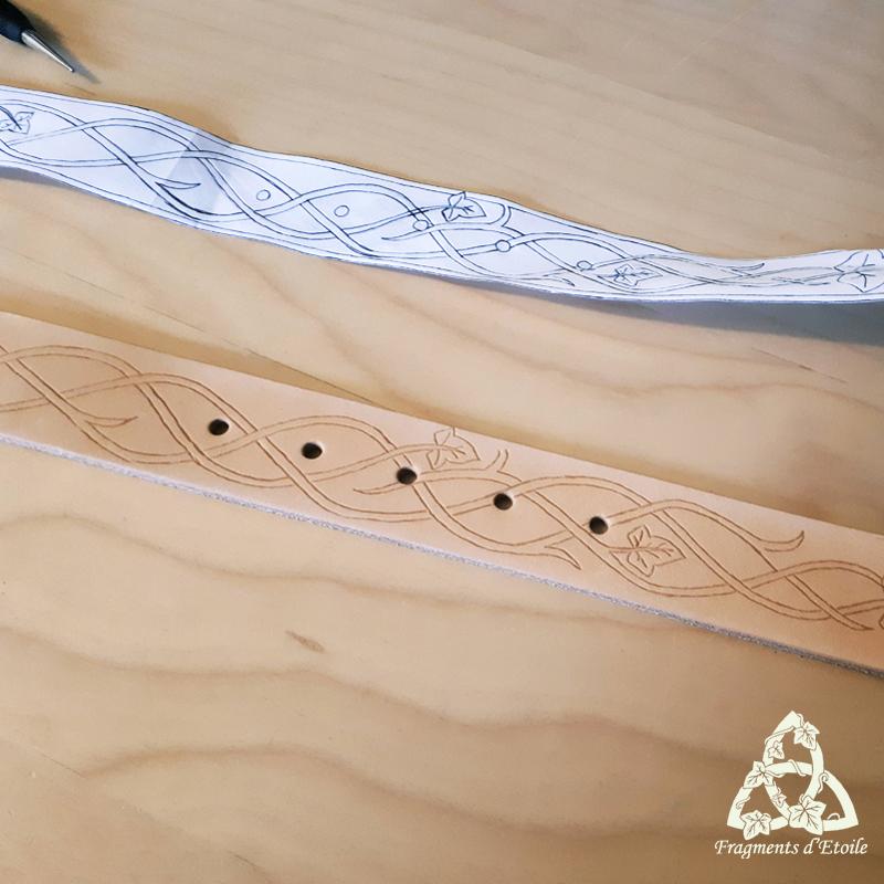 Traçage du motif sur le cuir à l'aide d'une pointe à traçer