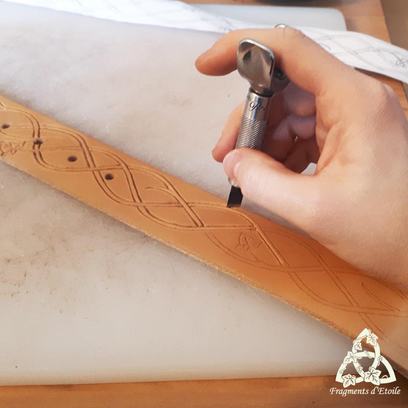 Incision du cuir avec un couteau à ouvrir, aussi appelé Swivel