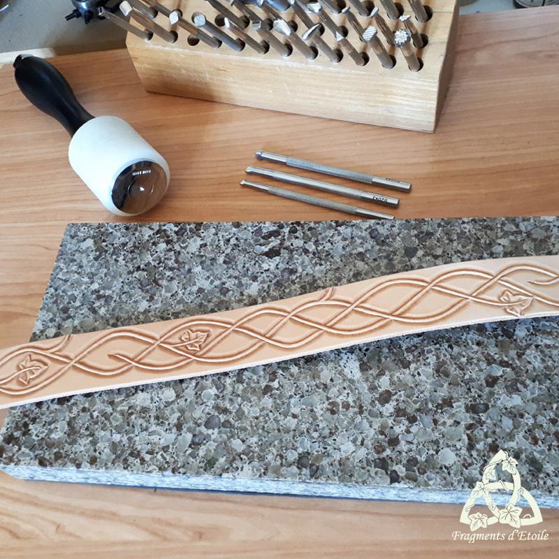 Repoussage du cuir à l'aide de matoirs et d'un marteau
