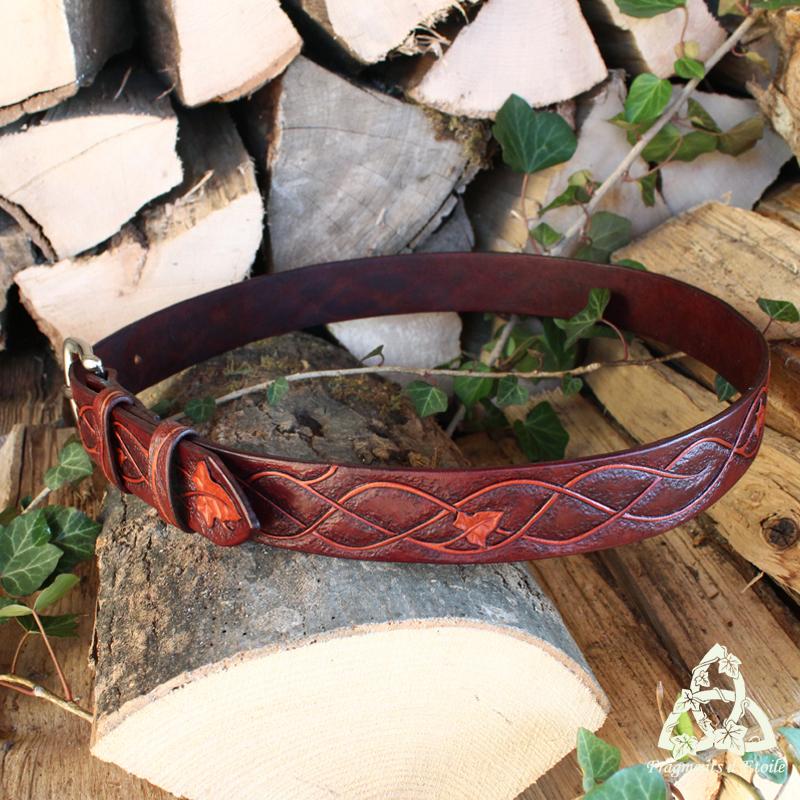 Ceinture artisanale médiévale en cuir repoussé ornée de volutes elfiques et de feuilles de lierre